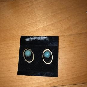 Små øreringe med turkis blå sten