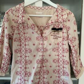 Så fin en bluse fra Odd Molly str. 1 (str. S) med korssting og andre flotte detaljer. Blusen fremstår meget flot, kun brugt et par gange. Fra ikke ryger hjem. Materiale 100% bomuld. Længde 55 cm og brystomkreds 92 cm.