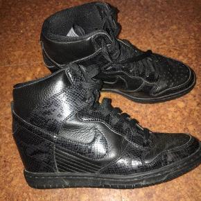 Varetype: Sneakers Farve: Sort  Nike wedge sneakers i læder Brugt få gange