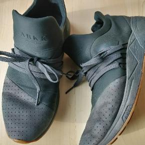 Arkk Copenhagen Sneakers, Næsten som ny. Holmstrup Mark - De populære Arkk Copenhagen sneaks, i mørke grøn. Jeg har købt dem her på Trendsales for få måneder siden, men må erkende de er en anelse for store til mig og jeg sælger dem derfor videre. Det er synd de ikke bliver brugt :). Arkk Copenhagen Sneakers, Hol