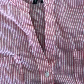 Lang skjorte bluse  ærmer kan reguleres  fint ovenpå en top. Er lidt længere bagpå
