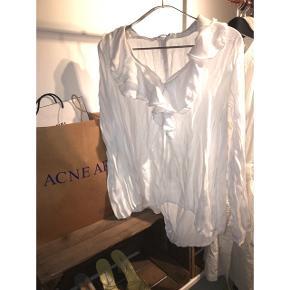 Skjorte med flæser fra zara med åben slit på ryggen Fitter s/m