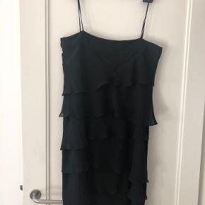 Så fin og let kjole i lag - med tynde spaghetti stropper og lille kig til ryg bagpå