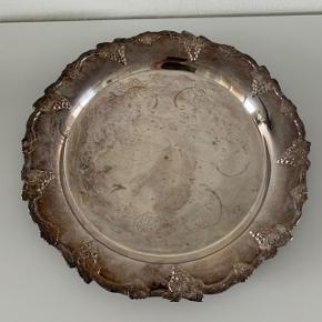 Sølv fad / bakke / sølvfad pletsølv gammelt D: 18,5 cm. Trænger til at blive pudset. Stempel i bunden - se foto. Kan sendes for 39 kr.