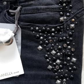 Super flotte jeans fra Dranella, helt nye. Nypris 899 kr, sælges for kun 400 kr ! Sender gerne og hurtig.