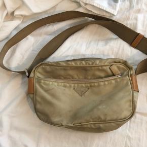 Sælger min lækre Prada taske, som er købt på  vestiair Collective for ca 1 år siden. Den er blevet lidt beskidt, men har ikke prøvet at rense den, tænker godt man kan tage den til renseri eller lignende.