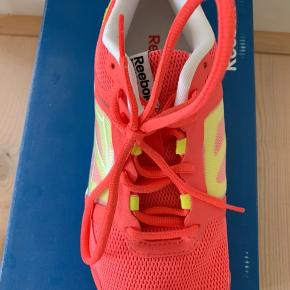 BYD GERNE Reebok sneakers, aldrig brugt har bare ligget i kasse. Sælges da det var fejlkøb. Nypris 500kr. Køber betaler fragt hvis de skal sendes.