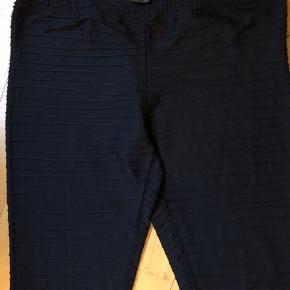 Leggings med stribede syninger, der giver en flot effekt. Store i størrelsen, passer også L. Lange ben / fuld benlængde. Brugt, men i pæn stand.   50,- + fragt. Sender gerne med Dao kr. 33,- kan hentes i Odense. Giver mængderabat.  Bytter ikke.