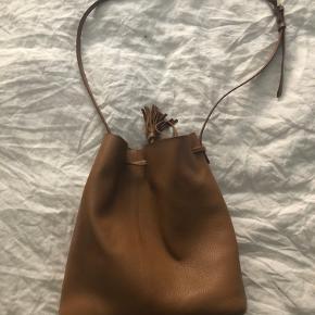 Super smuk taske i lækkert skind. Fejler ikke noget, får den bare ikke brugt☺️