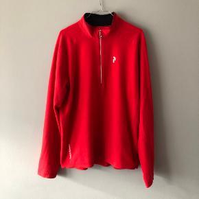 Varm og lækker rød langærmet fleece Peak Performance   Størrelsen er XL (ville nok passe en L også)  Der er står R&D i nakken (billede kan sendes) ellers fejler den intet  Kan afhentes i Århus C eller sendes på købers regning :)