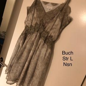 Smuk kjole fra Buch. Er normal i størrelsen med stræk under brystet. Går knap til knæene. Ser ud som ny. Prisen er fast.