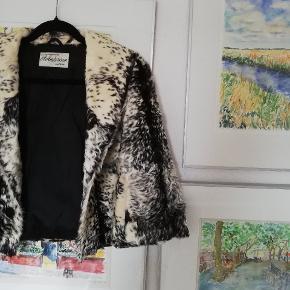 Buntmagermester A. Andersson fra Randers har designet og kreeret denne smukke sag af en pels. Den er med halvlange ærmer og kort til lige over hoften. Perfekt til udenpå kjolen! Skriv gerne for mere information!