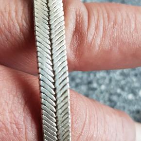 SØLV ARMBÅND.  Til både kvinder og mænd.  Super fint sølv armbånd. Næsten ikke brugt. Længde med lås ca. 22 cm.   Sender med DAO på KØBERS regning