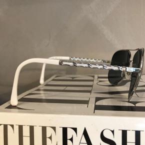 Flotte aviator solbriller fra Chanel inkl etui og æske. Nypris 3600kr