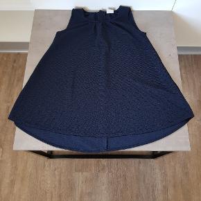 Super flot kjole fra name it i str. 116/6👧 Den er mørke blå med glimmer. Den er i rigtig pæn stand, og er uden huller og pletter. Den er fra røg og dyre fri hjem, og er vasket i neutral. Den kan afhentes i 6700. Jeg sender ikke.