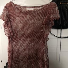 Sælger ekstrem flot sæt fra maché. Det er en smuk top og nederdel. Nederdele er med elastik og passer derfor både xs, s, og en lille m.😊