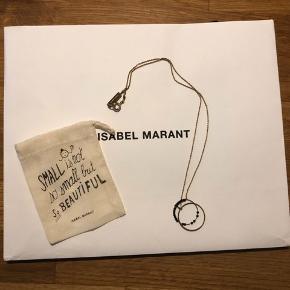 Isabel Marant halskæde med to ringe, hvoraf den ene ring har små sorte perler på.  Den er 100% messing (brass)  Jeg bytter ikke, respekter venligst dette. Samtidig betaler køber gebyr ved tshandel (sælger og køber)