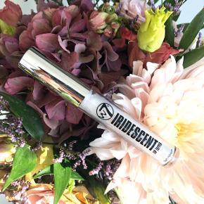 """W7 Iridescent """"Lip Topper"""" 💋👄 BESKRIVELSE: Dette produkt giver en fantastisk glans til læben. En glanslignende formel, der giver en god belægning af en levende glitter effekt ✨  Byd gerne kan enten afhentes i Århus C eller sendes på købers regning 📮✉️"""