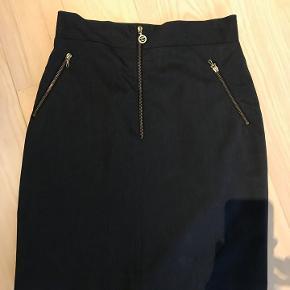 Chanel vintage, klassisk koksgrå nederdel. Passer str 36( 38). Lignende koster idag fra mindst kr. 6000.-  Kan prøve i Rungsted.
