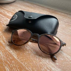 Fine solbriller med lyserødt glas.  Hylstret er blevet limet, men fungerer stadig fint.  Glasset har meget lidt brugsspor, men det er ikke noget man ser eller lægger mærke til.  Pudseklud medfølger ikke.   Send pb for flere billeder.