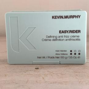 Kevin Murphy EASY.RIDER er et multifunktionelt produkt, der vil kontrollere flyvsk og kruset hår, på alle hårtyper. EASY.RIDER indeholder vitaminer og mineraler, der plejer dit hår samtidig med at du styler det. EASY.RIDER er vandopløselig. For at opnå et look med bløde separerede krøller, skal det krammes i håndklædetørt hår, og masseres ind i håret for at aktivere krøllet. Kevin Murphy EASY.RIDER kan også bruges i tørt hår, til at give løft og separation. EASY.RIDER indeholder en formular der giver hold samtidig med at håret får tilført naturlig fugtighed. For at opnå separation i glat hår, tilføres EASY.RIDER efter håret er tørt. Brug kun en lille mængde, en lille smule rækker meget langt. Alle Kevin Murphy produkter er økologiske, hvilket vil sige, de er uden både parabener og sulfater. Et lækkert produkt af den anderkendte designer og stylist, Kevin Murphy.  Fordele:  Multifunktionelt produkt Eliminerer frizz Indeholder vitaminer og mineraler Giver god hold Økologisk Fri for parabener og sulfater
