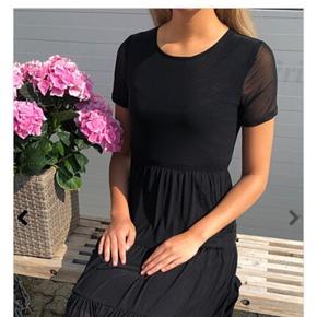 Helt ny kjole. Aldrig brugt. Prismærken er dog taget af. Købt hos Miss Martins for 279k - det koster den stadig hos dem.  Min datter vil ikke gå i kjole, så derfor sælges den - kunne ikke sendes retur pga prismærket var taget af.  FRAGTEN MED DAO ELL GLS KAN VI DELE  🌸🌸🌸🌸🌸🌸🌸🌸 Billeder er lånt fra nettet SENDER GERNE☀️