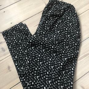 Pæne bukser i sort/hvid mønsteret i str. M fra Soaked in Luxury.