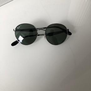 Solbriller fra Ray Ban med en ny pris på 1.400 kr.   Den billige pris skyldes, at de er blevet slået skæve - man kan dog have dem på. Jeg har ikke forhørt mig hos en brillemand, men påtænker, at de kan rettes ind.   Brillerne er købt i New York - og de kommer i originalt sort itu, hvis man betaler 100 kr. ekstra.