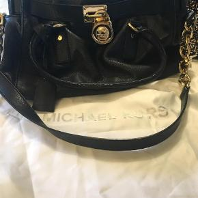 Varetype: Skuldertaske Størrelse: One size Farve: Sort Oprindelig købspris: 2800 kr.  Black shoulder bag with gold metal.  It has inside pockets and a lock. The hidden key to the lock is attached to the purse.  It really works too!  The purse is between almost New and used. Somewhere in between.  It also comes with a duster.
