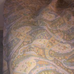 Stort smukt sengetæppe, måler 260x250 cm