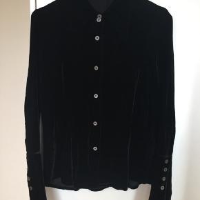 Mega lækker skjorte fra Sand i den lækreste kraftige velourkvalitet i 82% rayon og 18% silke. Den har brede cuft, store flipper og snittet er figursyet. Den har et meget autentisk 70'er look. Str S. Kom med et bud. NP: 1800kr.  Varen befinder sig i 9520 Skørping. Sender med DAO.  Se også min øvrige annoncer. Jeg sælger tøj, sko og accessories. Pt er min shop fuld af vintagekup, high street fund og mærkevarer i mange forskellige str. Kig forbi og spøg endelig!