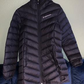 Peak performance Frost Down dame jakke i str M.  Brugt meget få gange, og sælges da den ikke lige er mig.  Ingen huller.