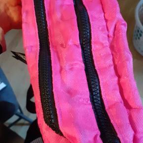 Super fresh pink her-kommer-jeg taske. Handy lille skuldertaske.