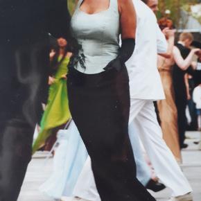 """Smuk gallakjole med corsage og lang nederdel skræddersyet hos Marianne Carøe i Aarhus. Det fine corsage i flot sart grøn får spændende kontrast fra den rå kant på  nederdelen og det lidt """"krøllede"""" stof samt pynten foran. Brugt 2 gange af en str ca 40. Jeg kommer af og til i Aarhus og KBH, hvis du har brug for at prøve den.  Nypris 5.700 kr.  Jeg lukker mine annoncer d.26. juni, så køb nu, hvis det er noget for dig! 😊"""