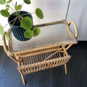 Det fineste bord i bambus med glasplade og magasinholder.