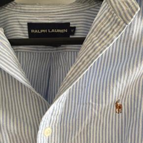 Ralph lauren skjorte 100% bomuld. Str 10/38. Brugt men i fin stand. Lidt krøllet i enderne da den er for lang til at hænge i mit skab 😂