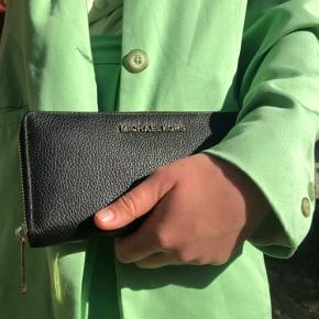 Michael Kors pung med plads til både kort og kontanter.