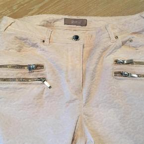 Varetype: Bukser Farve: Lys rosa Oprindelig købspris: 999 kr. Prisen angivet er inklusiv forsendelse.  Disse fine bukser er brugt og vasket en enkelt gang. Købt her i april. Massere af flotte detaljer som Gustav er kendt for. Stoffet er vævet i flot mønster og er med strech. Skriv hvis du har brug for mål. Sælges da jeg har flere par rosa bukser og ikke får brugt dem.
