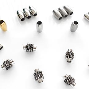 Helt nye magnetlåse i blankpoleret eller mat rustfrit stål og med Swarovski krystaller. Magneten er stærk og solid. Perfekt til 5-6 mm lædersnor.  Blankpoleret og mat lås måler 10 x 18 mm Indre diameter: 6 mm Låse med krystaller måler 12 x 18 mm Indre diameter: 6 mm Nikkelfri.  5 stk koster i alt 120 kr. 10 stk koster i alt 200 kr.  Der er flere stk udover dem der ses på billedet.  Kan afhentes på Amager nær Amagerbro metro eller sendes med DAO (37 kr).