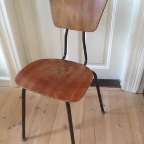 Gammel stol fra klasselokalet i solid stand med brugsspor 😂