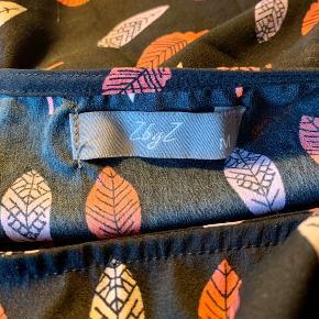 Flot let ærmeløs bluse fra ZbyZ med mønster af blade. Vasket men aldrigt brugt.