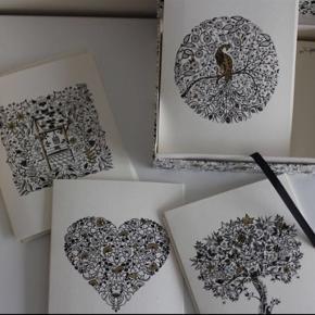 Fin æske med guldtryk indeholdende kort og kuverter. Der er 4 forskellige tryk på kortene, og 11 kort i alt. Tilhørende kuverter.