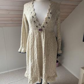 Smuk kjole fra Odd Molly i str. 2.  80% uld med det fineste broderi på ryggen og mange fine detaljer. Brugt få gange.  Farven er råhvid/meget lys beige.  Super anvendelig - også over et par jeans.