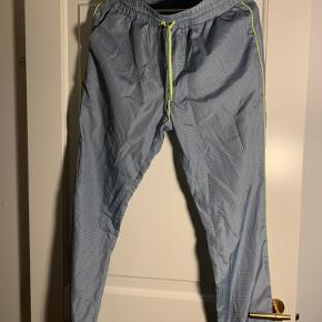 Asos cargo/jogger bukser i lyseblå med neon grønne detaljer  Jeg er 1.72 og vejer 65 kg. Bruger normalt small/medium. *dette item kan benyttes i mit 3-for-100 tilbud