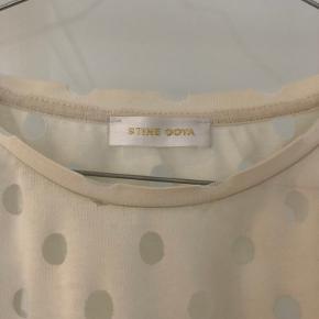Stine Goya oversize kjole sælges. Den er i råhvid og med fine detaljer i form af gennemsigtige prikker. Den kan sendes på købers regning eller hentes på Islands brygge.