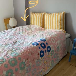 Vintage quiltet patchwork tæppe. Brugt med små skader hist og her, men stadig i rigtig fin stand.   Bytter ikke!