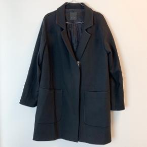 OBS! Privatbeskeder og kommentarer besvares som udgangspunkt ikke. Prisen er fast.  Flot frakke fra SAND. 20% uld.
