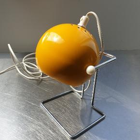 NEDSAT! Original space age-designerlampe i æggeblommegul. Fremstillet i 70'erne af svenske BOFA.   Fremstår med mindre slid (se detaljebillederne). Foden måler 10 x 13 cm. Højden er inkl. skærm og ledning ca. 21 cm.