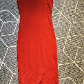 Flot one-shoulder tætsiddende cocktailkjole med ribbet struktur i smuk rustfarve. Kjolen når til under knæene.  OBS: Alt i min shop er nedsat i pris. Alt der ikke er solgt den 31/12 fjernes fra shop og gives til genbrug - så slå til!