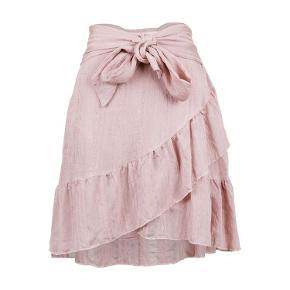 Fin nederdel fra Neo Noir 🌸  Str M,  Aldrig brugt- har stadig prismærke på, Har underskørt så den ikke er gennemsigtig,  Nypris er 400,-  Bytter ikke*